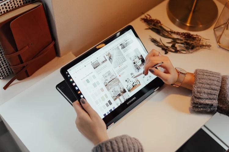 Девушка работает на планшете