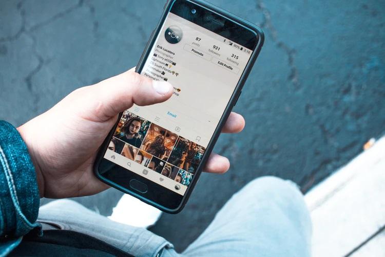Рука с телефоном в Инстаграм