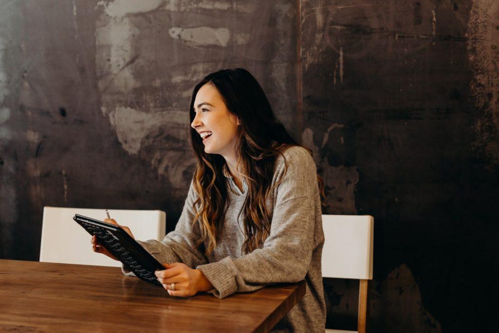 Девушка за столом с планшетом