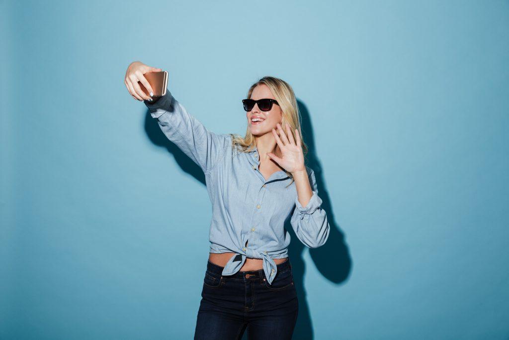 girl_waving